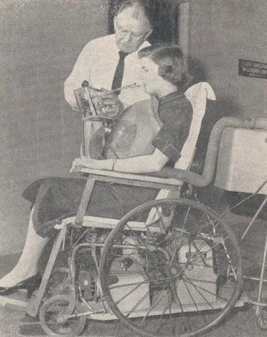 Silla de ruedas para lisiados que se mueve con la boca for Silla que se mueve