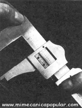 """Los calibradores de tipo viejo tienen nonios de 25 divisiones con un largo de sólo 6"""" (15,24 cm), por lo que requieren el uso de una lupa"""