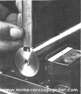 La profundidad se mide con la quijada deslizante o con una varilla fijada al extremo de la viga del calibrador. El nonio indica la lectura