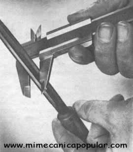 Tenga sumo cuidado al medir las herramientas de corte de acero endurecido para impedir que las quijadas del calibrador sufran algún daño