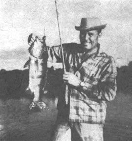 El famoso pescador Rogers muestra orgullosamente la lobina pavo real que pesco en aguas del Amazonas. Coopero en la selección de señuelos con ambos autores de esta información